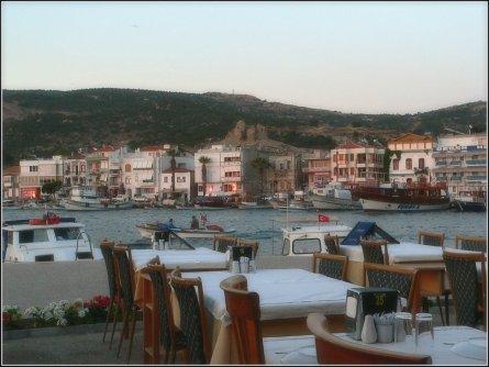 Üks paljudest restoranidest Foça kaldapealsel.